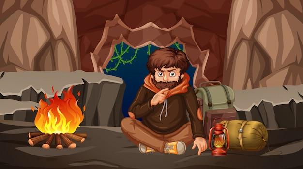 Een man die in een grot kampeert