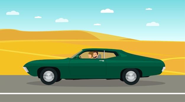 Een man en een vrouw rijden in een klassieke auto langs de woestijnweg.