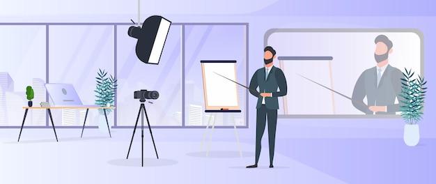 Een man in een pak met een stropdas geeft een presentatie voor de camera