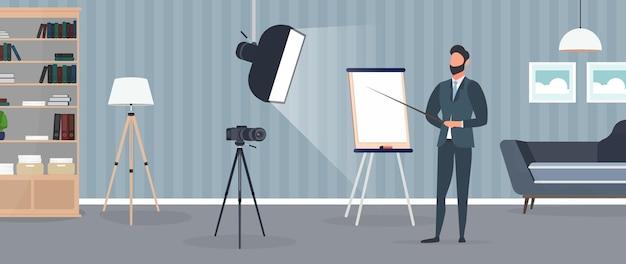 Een man in een pak met stropdas geeft een presentatie voor de camera.