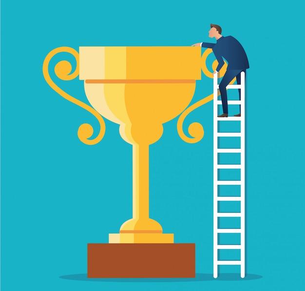 Een man op ladder met grote trofee