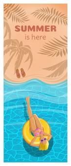 Een meisje drijft in de zee op een opblaasbare cirkel