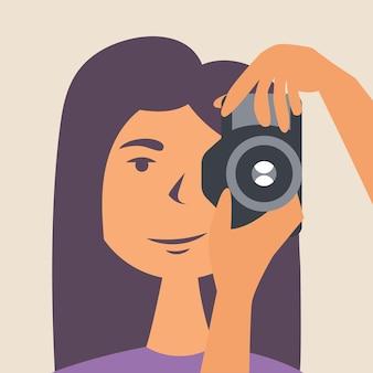 Een meisje fotografeert een selfie in een natuurlijke omgeving