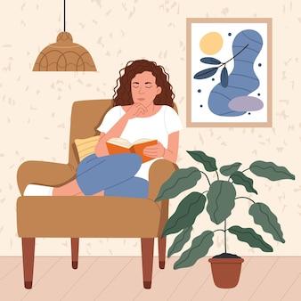 Een meisje zit in een fauteuil en leest een boek in een mooi en modern interieur