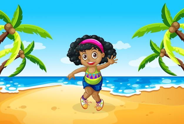 Een mollig meisje op het strand
