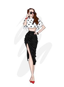 Een mooi lang meisje met lange benen in een stijlvolle rok, blouse en op schoenen met hoge hakken.