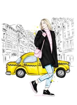 Een mooi meisje in stijlvolle kleding en een taxi.