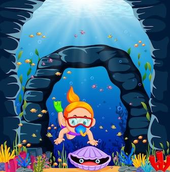 Een mooi meisje met de rode zwemmende bril vangt de oester