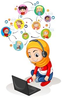 Een moslimmeisje dat laptop gebruikt om videoconferentie met vrienden te communiceren