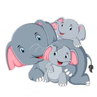 Een olifant heeft plezier met zijn gezin