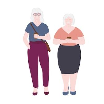 Een oude bejaarde gepensioneerde vrouw met een vriend een bejaarde dame is op reis en drinkt koffie