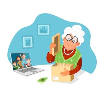 Een oudere vrouw opent een pakje van haar kinderen. stuur cadeaus naar je ouders, blijf thuis.
