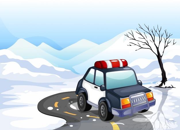 Een patrouillewagen in het besneeuwde land
