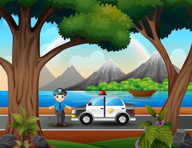 Een politieagent met politieauto op de weg