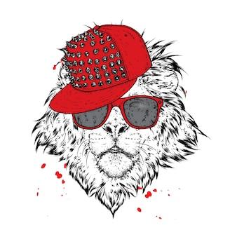 Een prachtige leeuw met bril en een pet met spikes.