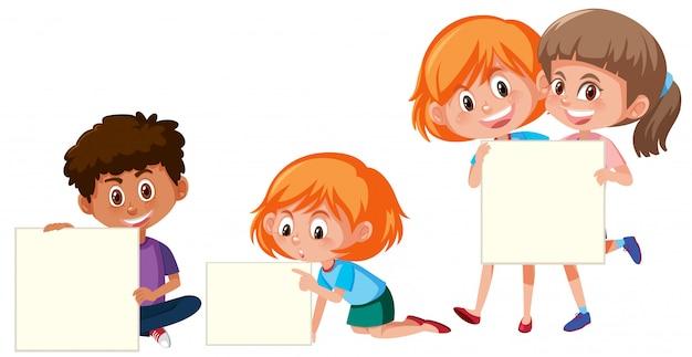 Een reeks kinderen met lege banner