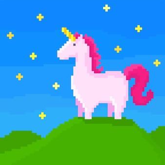 Een roze eenhoorn staat op de heuvel op een sterrennacht. pixel art illustratie.