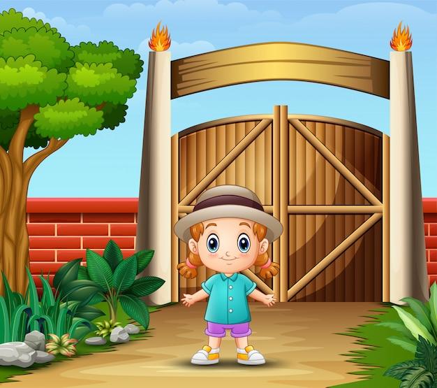 Een schattig meisje in de omheinde tuin