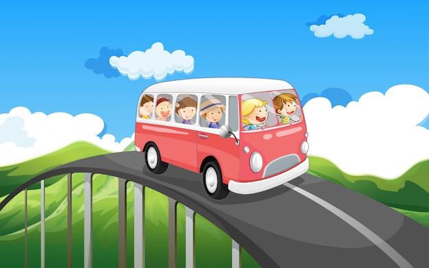 Een schoolbus met kinderen op reis