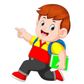Een schooljongen met rugzakken en boeken lopen