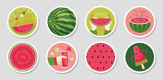 Een set ronde stickers met een sappige watermeloen en het opschrift hello summer