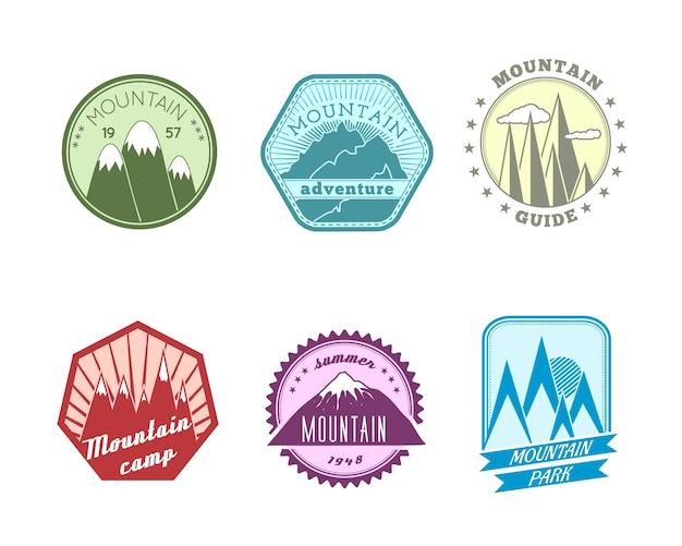 Een set van hoge kwaliteit polyangulaire en ronde sneeuw bergen toppen pieken reisgids etiketten iconen
