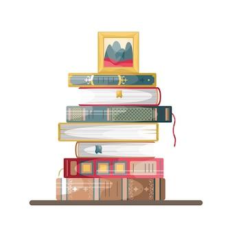 Een stapel boeken in retrostijl met een fotolijst erop.
