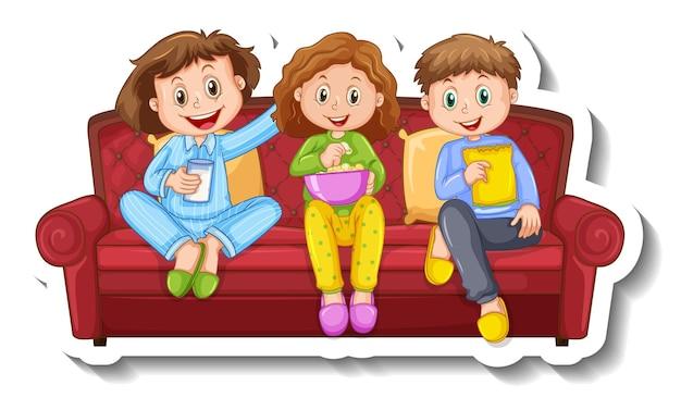 Een stickersjabloon met drie kinderen die op de bank zitten