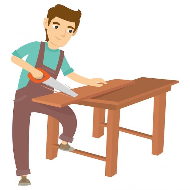 Een timmerman die het hout op de tafel zaagt