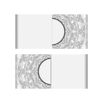 Een uitnodiging voorbereiden met een plaats voor uw tekst en griekse patronen. sjabloon voor ansichtkaarten voor afdrukontwerp witte kleuren met zwart mandala-ornament.