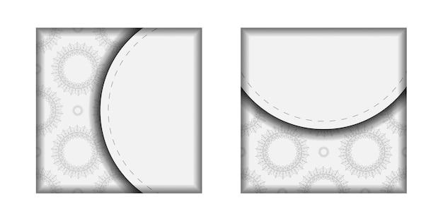 Een uitnodigingskaart voorbereiden met een plaats voor uw tekst en vintage patronen. sjabloon voor ansichtkaarten voor afdrukontwerp witte kleuren met mandala-ornament.