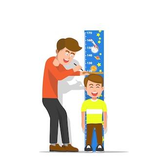 Een vader meet de lengte van zijn zoon