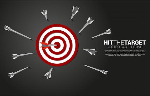 Een van de pijlschieten raakte het midden van het dartbord. bedrijfsconcept van het missen van het marketingdoel en de klant. succes op bedrijfsmissie en doel.
