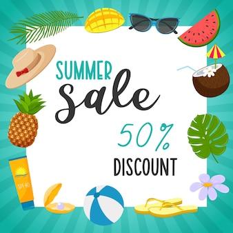 Een vierkante ansichtkaart met een turquoise gestreepte lijst en de woorden summer sale. zomer decoratieve elementen, hoed, zonnebrandcrème, slippers, palmblad, cocktail, kokosnoot, mango. vectorillustratie. vlakke stijl.