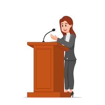 Een vrouw die op het podium spreekt