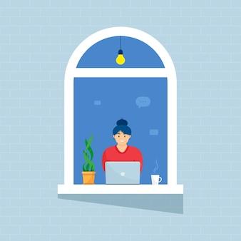 Een vrouw in windows-huis kijkt uit de kamer of het appartement, werkt op een laptop, concept-mensen zitten thuis, werken, studeren en rusten. thuisisolatie. lockdown.
