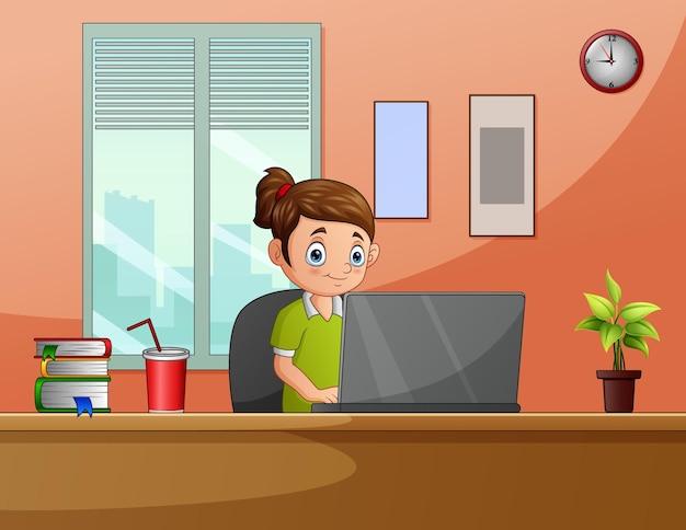 Een vrouwelijke freelancer die werkt met een laptop die op de werkplek zit