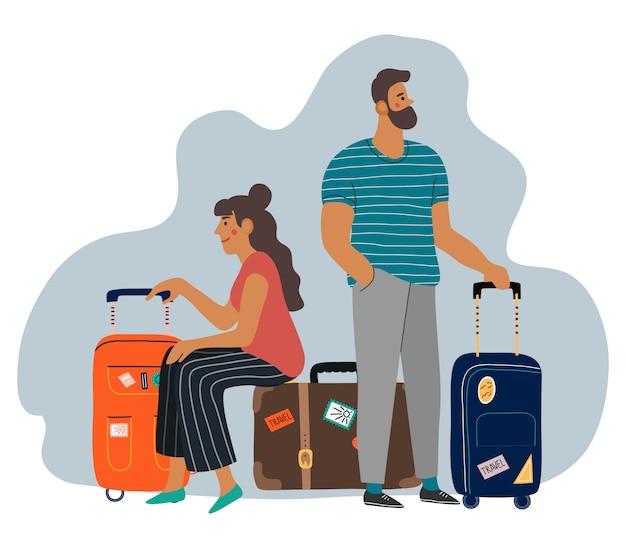 Een wachtende man en vrouw met koffers.