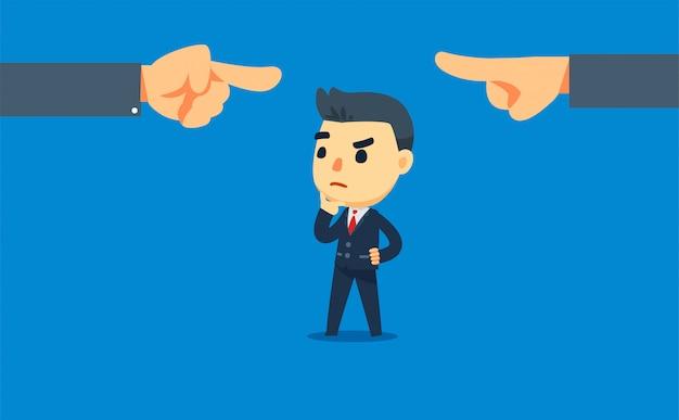 Een zakenman zit midden in een conflict. twee handen die naar elkaar wijzen