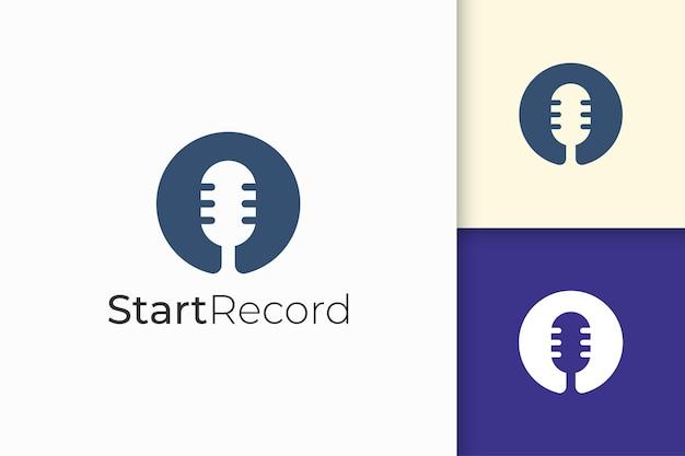 Eenvoudig microfoonlogo staat voor record of audio voor podcast