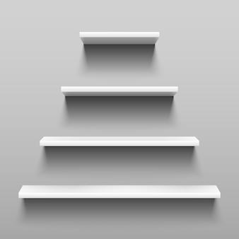 Eenvoudig planken op witte muur voor binnenbinnenhuisarchitectuur.
