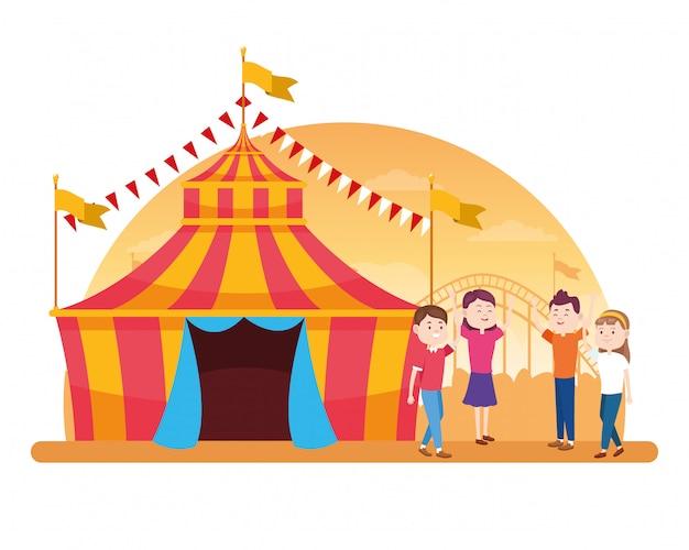 Eerlijke tent en cartoonmensen van carnaval rond over wit