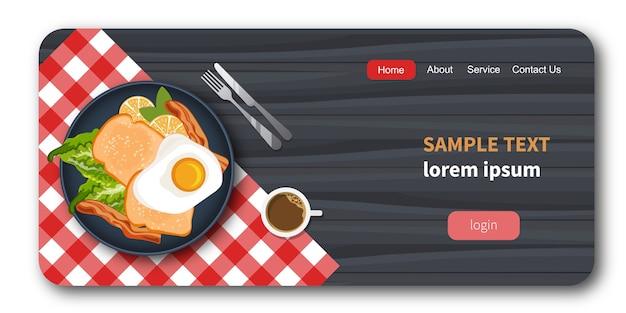 Eieren, spek en brood op een plaat met gezonde groenten.