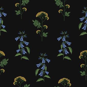 Elegant naadloos patroon met geborduurde bloeiende klokjesbloem en boerenwormkruid bloemen op zwarte achtergrond