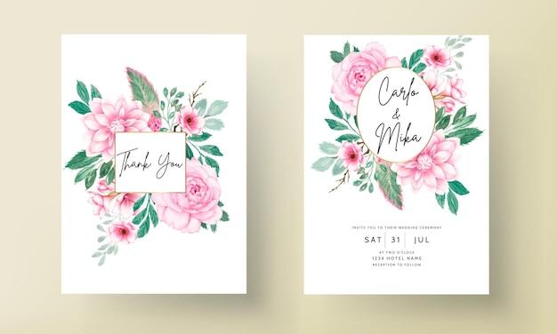 Elegante huwelijksuitnodigingskaart met zachtroze aquarel bloemenornament
