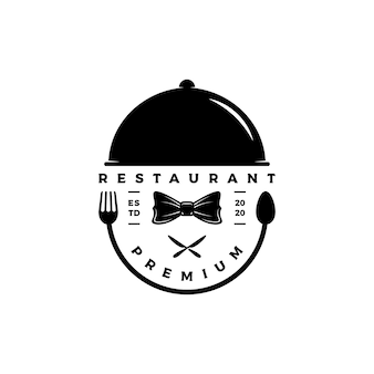 Elegante, luxe, vintage silhouet restaurant logo ontwerp vector met vlinderdas, lepel, tafelmes en voedseldekking