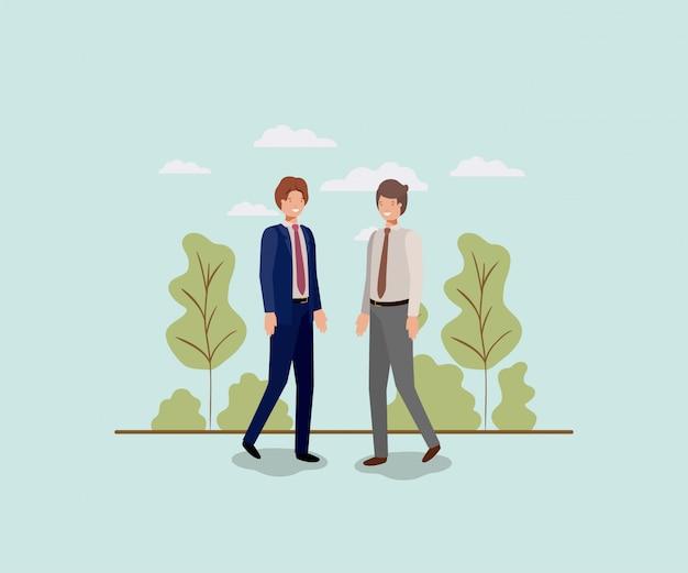 Elegante zakenlieden die in het park lopen