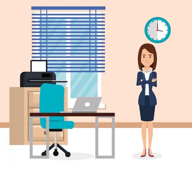 Elegante zakenvrouw in de office-scène