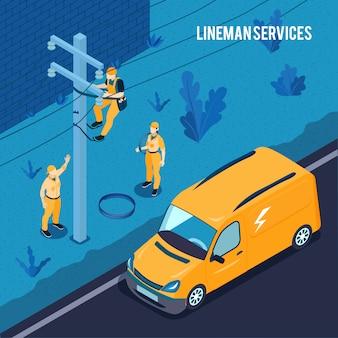 Elektricien hoogspanningslijntechnici werken buitenshuis met onderhoud van de transmissiekabels van de lijnwachter