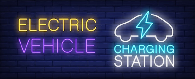 Elektrisch voertuig laadstation neon teken. bliksem en autosilhouet op bakstenen muur